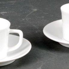 Antigüedades: PAREJA DE TAZAS CON PLATO DE CAFÉ PORCELANA BLANCA CASTRO SARGADELOS SIGLO XX. Lote 125925475