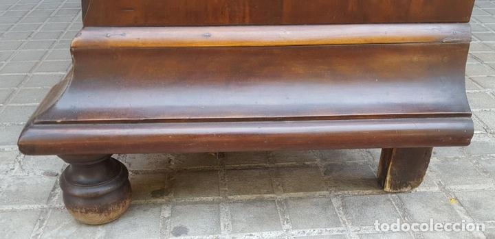 Antigüedades: COMODA EN MADERA DE CAOBA CON MARQUETERÍA. ESTILO FERNANDINA. ESPAÑA. SIGLO XIX. - Foto 8 - 125926519