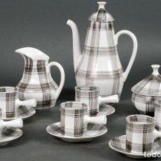 Antigüedades: JUEGO DE CAFÉ SEIS SERVICIOS COMPLETO CERÁMICA CASTRO SARGADELOS PINTADO A CUADROS GRISES AÑOS 50. Lote 125927503