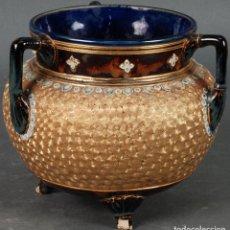 Antigüedades: VASIJA CALDERO DE CERÁMICA ART NOUVEAU ROYAL DOULTON ESMALTADA CON ACABADO EN AZUL Y DORADO 1904. Lote 125931075