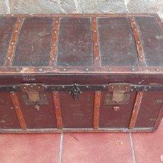 Antigüedades: BAÚL FORRADO EN PIEL CON HERRAJES DE HIERRO Y NERVIOS DE MADERA. Lote 125974499