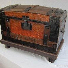 Antigüedades: PRECIOSO BAÚL MUY ANTIGUO. Lote 125987551