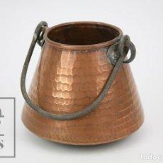 Antigüedades: MEDIDA / MESURA O CALDERO DE COBRE MARTILLADO CON ASA DE HIERRO - MEDIDAS 15 X 15 X 14 CM. Lote 125989051