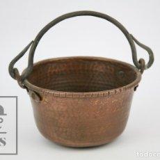 Antigüedades: ANTIGUO CALDERO DE COBRE MARTILLADO CON ASA DE HIERRO - MEDIDAS 21 X 19 X 11 CM. Lote 125989707