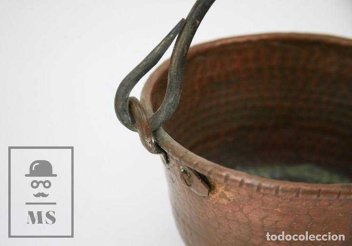 Antigüedades: Antiguo Caldero de Cobre Martillado con Asa de Hierro - Medidas 21 x 19 x 11 cm - Foto 2 - 125989707