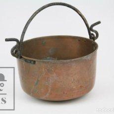 Antigüedades: ANTIGUO CALDERO ARTESANAL DE COBRE CON ASA DE HIERRO - MEDIDAS 29 X 23,5 X 14 CM. Lote 125990359