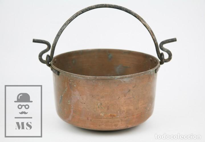 Antigüedades: Antiguo Caldero Artesanal de Cobre con Asa de Hierro - Medidas 29 x 23,5 x 14 cm - Foto 3 - 125990359