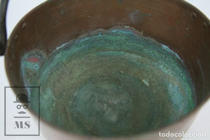 Antigüedades: Antiguo Caldero Artesanal de Cobre con Asa de Hierro - Medidas 29 x 23,5 x 14 cm - Foto 4 - 125990359