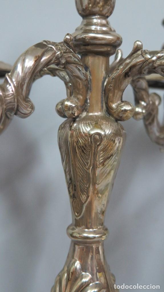 Antigüedades: PRECIOSA PAREJA DE CANDELABROS DE METAL PLATEADO. AÑOS 40 - Foto 3 - 126022231