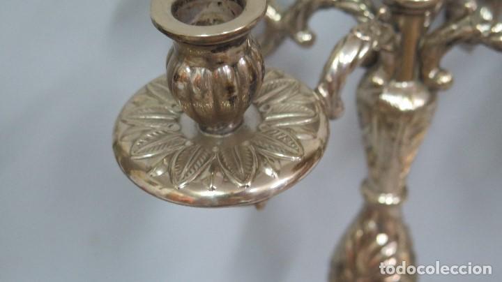 Antigüedades: PRECIOSA PAREJA DE CANDELABROS DE METAL PLATEADO. AÑOS 40 - Foto 4 - 126022231