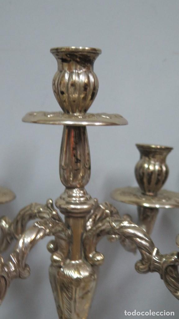 Antigüedades: PRECIOSA PAREJA DE CANDELABROS DE METAL PLATEADO. AÑOS 40 - Foto 5 - 126022231