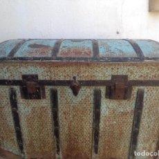 Antigüedades: ANTIGUO GRAN BAUL MADERA Y CHAPA. Lote 126037907