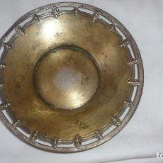 Antigüedades: PLATO DECORATIVO ANTIGUO DE METAL. Lote 126055711