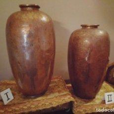 Antigüedades: WFM - LOTE 2 JARRONES O FLOREROS DE METAL LATÓN O COBRE ?? - ALEMANIA AÑOS 30.. Lote 126068699