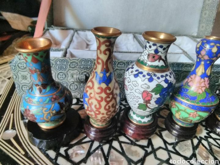 Antigüedades: Colección 6 jarroncitos Cloissone con sus peanas - Foto 3 - 126094016