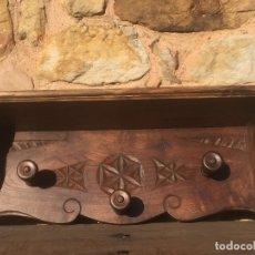 Antigüedades: PERCHERO DE PARED TALLADO 3 PERCHAS Y BALDA SUPERIOR EN MADERA NOBLE. Lote 126147835