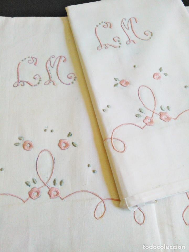 Juego de cama algodón bordados a mano para cama de 90 o de 1,05. Sin uso - Zaragoza - Juego de cama algodón bordados a mano para cama de 90 o de 1,05. Nueva. Se ven las lineas de la bordadora a lapiz. Sin manchas, pero con roces de almacenamiento, que se van con una lavada. Medidas 180x270cm medida almohada 1,10 cm envío reali - Zaragoza