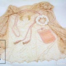 Antigüedades: CONJUNTO COMPLEMENTOS PRIMERA COMUNIÓN - MANTILLA, CORONAS FLORES, ADORNOS FLORES DE CERA Y CORDÓN. Lote 126255143
