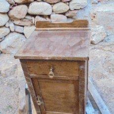 Antigüedades: MESILLA ANTIGUA EN MADERA MACIZA CON CRISTAL INCLUIDO. Lote 126261343