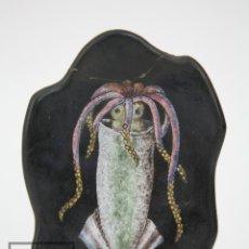 Antigüedades: CENICERO DE CERÁMICA ESMALTADA - SERRA, FIRMADO EN LA BASE - DIBUJO DE CALAMAR. Lote 126266383