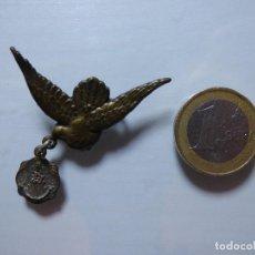 Antigüedades: ALFILER PALOMA CON MEDALLA VIRGEN DEL ROCÍO, PATRONA DE ALMONTE (HUELVA).. Lote 126281179