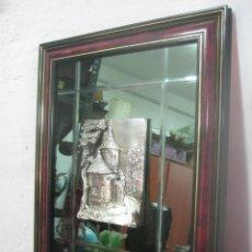 Antigüedades: ESPEJO BISELADO CON PIEZA DE PLATA 925 CENTRAL CON ENORMES RELIEVES CON MARCO DE MADERA COLOR CAOBA. Lote 178977818