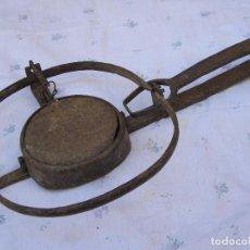 Antigüedades: CEPO METALICO ANTIGUO DE CAZA - PARA DECORACION O MUSEO ETNOGRAFICO. MARCADO: M*M.. Lote 126290427