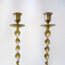 Antigüedades: CANDELABROS 2 DE BRONCE ANTIGUOS.ALTO 23CM BOCA VELA 2,5CM. Lote 126296059