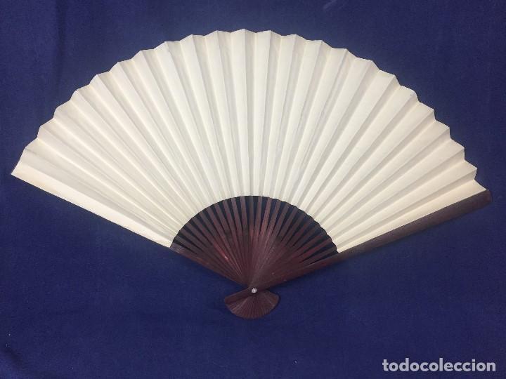 Antigüedades: abanico gran tamaño pericón motivos florales impresos en papel bambú asia años 50 - Foto 4 - 126340575