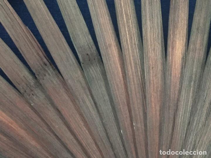 Antigüedades: abanico gran tamaño pericón motivos florales impresos en papel bambú asia años 50 - Foto 7 - 126340575