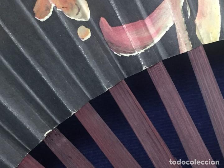 Antigüedades: abanico gran tamaño pericón motivos florales impresos en papel bambú asia años 50 - Foto 9 - 126340575