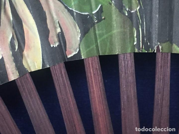 Antigüedades: abanico gran tamaño pericón motivos florales impresos en papel bambú asia años 50 - Foto 10 - 126340575