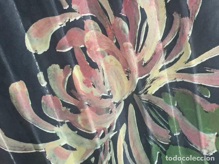 Antigüedades: abanico gran tamaño pericón motivos florales impresos en papel bambú asia años 50 - Foto 16 - 126340575