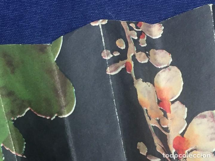 Antigüedades: abanico gran tamaño pericón motivos florales impresos en papel bambú asia años 50 - Foto 18 - 126340575