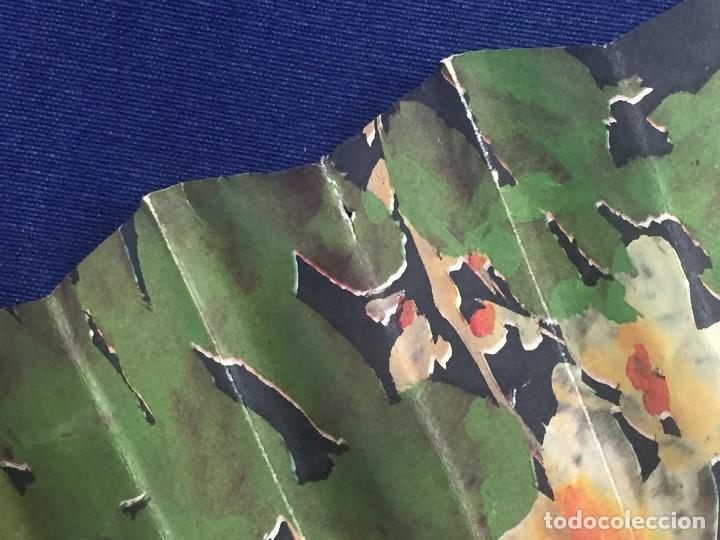 Antigüedades: abanico gran tamaño pericón motivos florales impresos en papel bambú asia años 50 - Foto 19 - 126340575