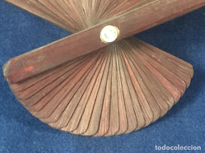 Antigüedades: abanico gran tamaño pericón motivos florales impresos en papel bambú asia años 50 - Foto 2 - 126340575