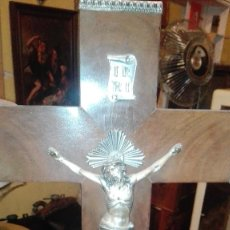 Antigüedades: CRUCIFIJO MADERA Y METAL PARA COLGAR. Lote 126365327