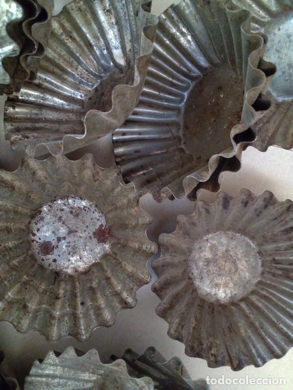 Antigüedades: LOTE DE 23 ANTIGUOS MOLDES PARA MADALENAS O REPOSTERIA - Foto 2 - 126391283