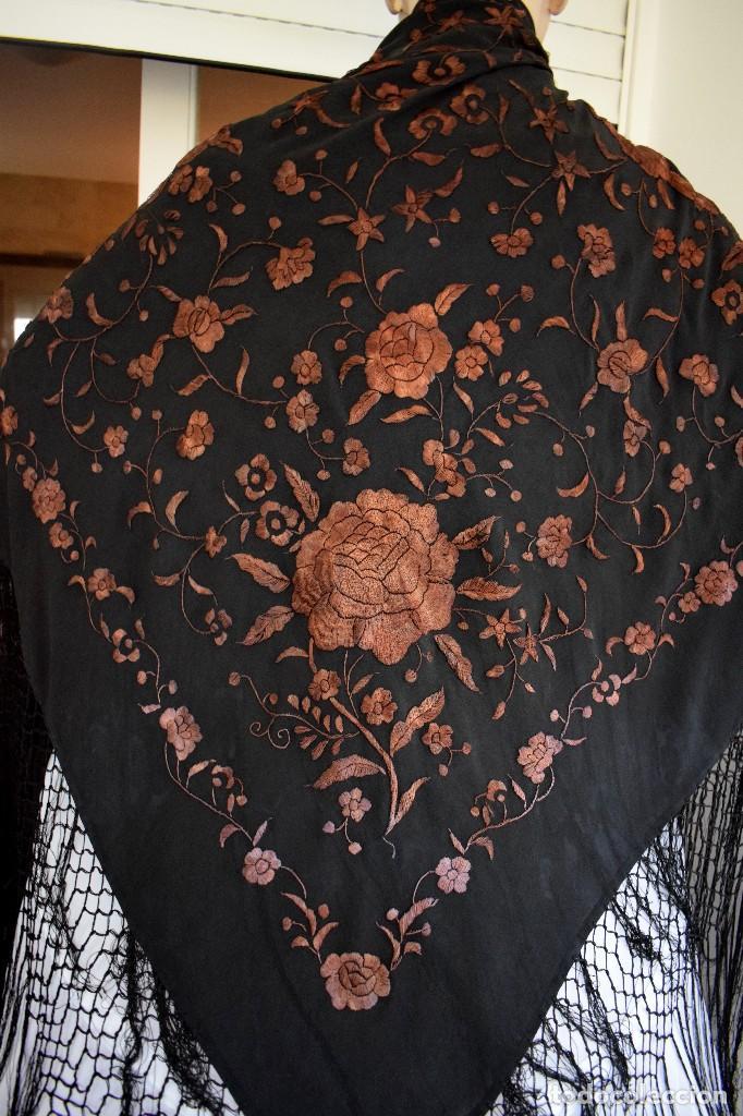 Antigüedades: Manton mantoncillo seda bordado a mano 110x110 cm mas rrejado y fleco - Foto 2 - 126455571