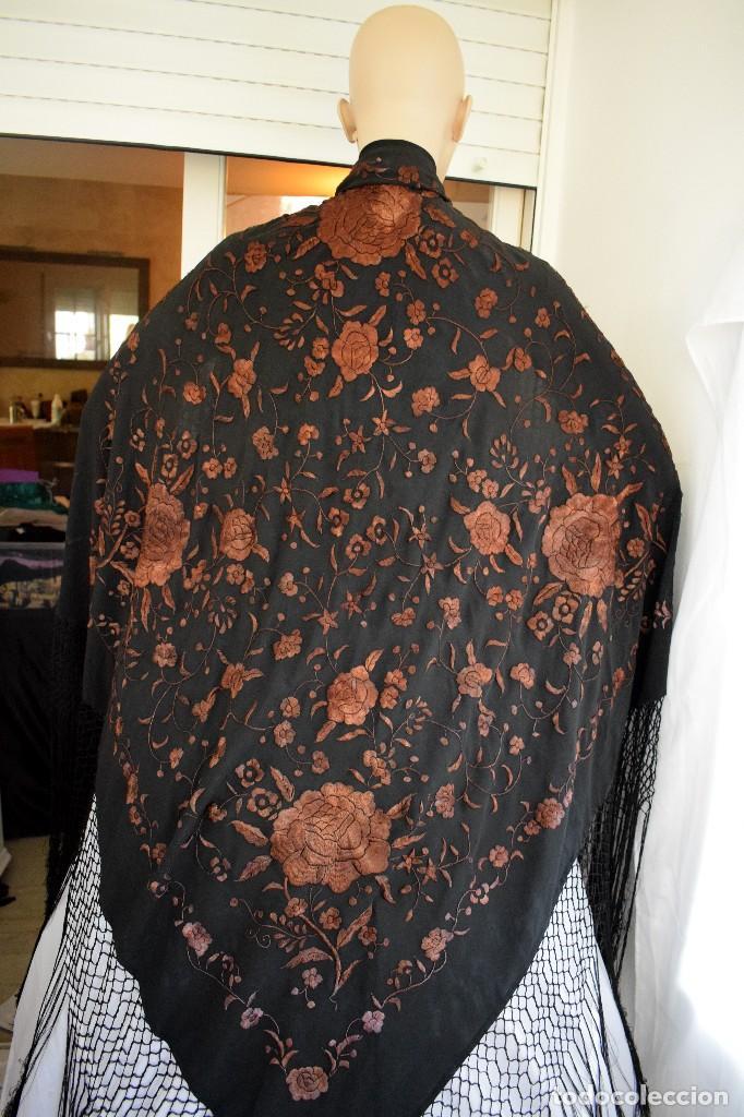 Antigüedades: Manton mantoncillo seda bordado a mano 110x110 cm mas rrejado y fleco - Foto 3 - 126455571