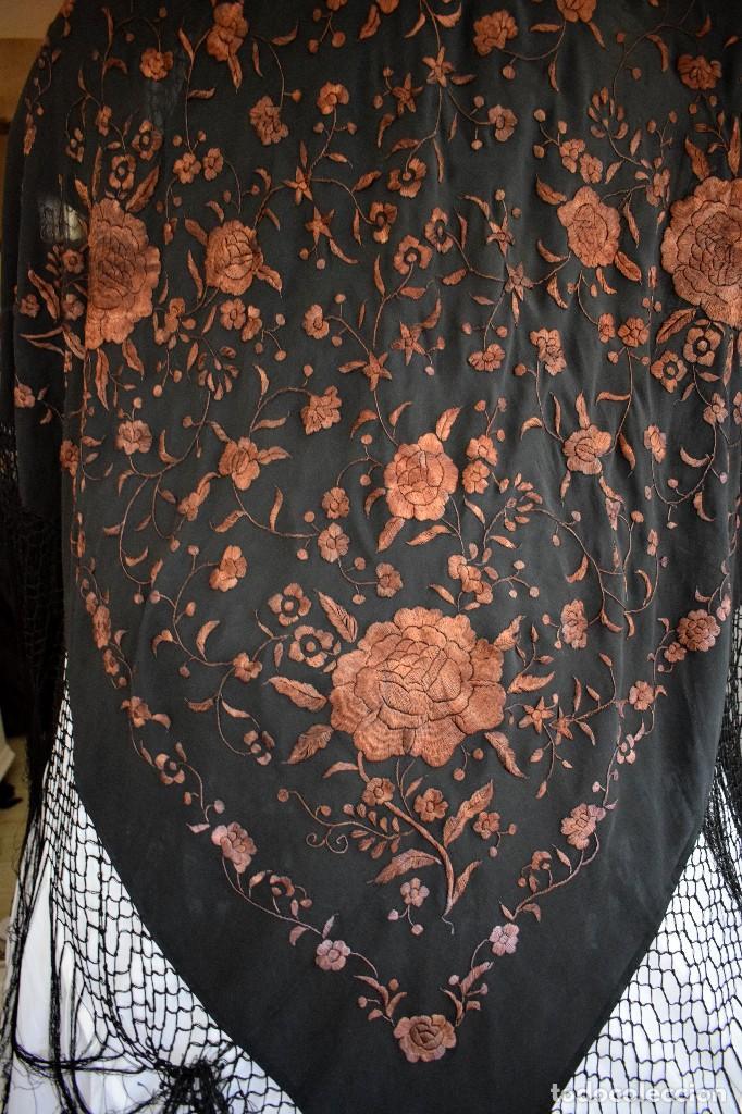 Antigüedades: Manton mantoncillo seda bordado a mano 110x110 cm mas rrejado y fleco - Foto 4 - 126455571