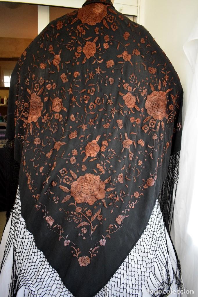 Antigüedades: Manton mantoncillo seda bordado a mano 110x110 cm mas rrejado y fleco - Foto 5 - 126455571