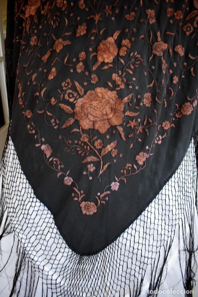Antigüedades: Manton mantoncillo seda bordado a mano 110x110 cm mas rrejado y fleco - Foto 6 - 126455571
