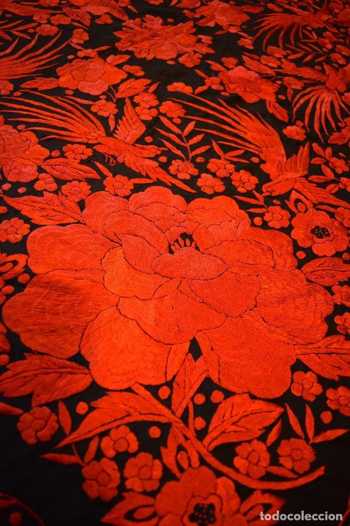 Antigüedades: Exhuberante mantón rojo sobre negro de Rosas grandes y Pájaros - Foto 3 - 121299943