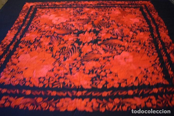 Antigüedades: Exhuberante mantón rojo sobre negro de Rosas grandes y Pájaros - Foto 4 - 121299943