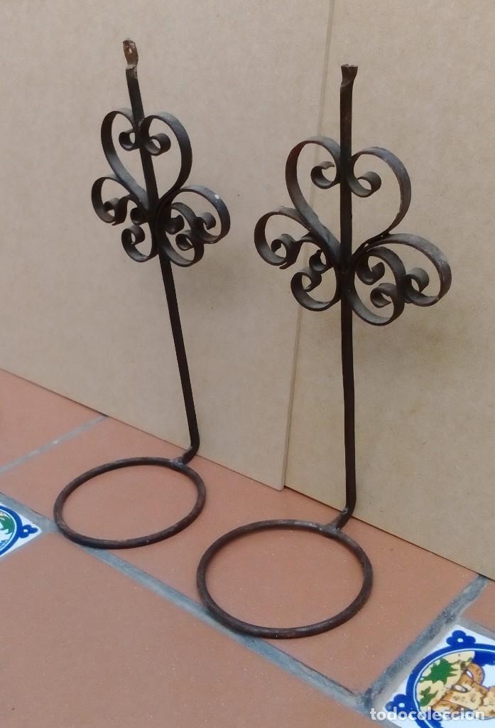 Antigüedades: 2 soportes o maceteros de hierro - 24cm altos - el aro tiene 8cm de diametro - uno soporte roto - Foto 2 - 126571971