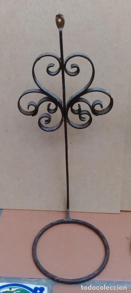 Antigüedades: 2 soportes o maceteros de hierro - 24cm altos - el aro tiene 8cm de diametro - uno soporte roto - Foto 3 - 126571971