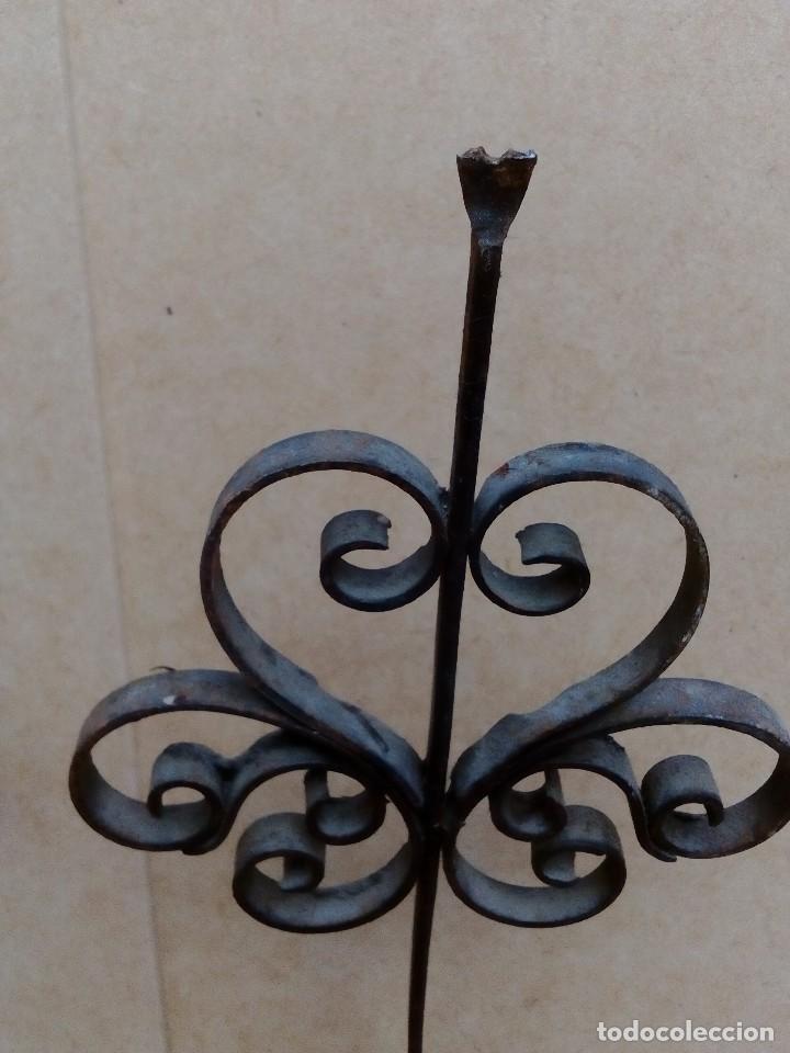 Antigüedades: 2 soportes o maceteros de hierro - 24cm altos - el aro tiene 8cm de diametro - uno soporte roto - Foto 4 - 126571971
