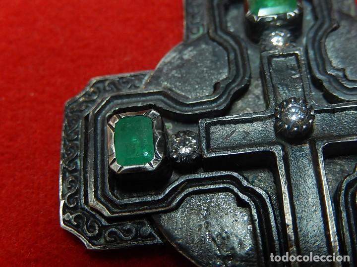 Antigüedades: Cruz de plata antigua, con esmeraldas y brillantes. - Foto 6 - 126578215