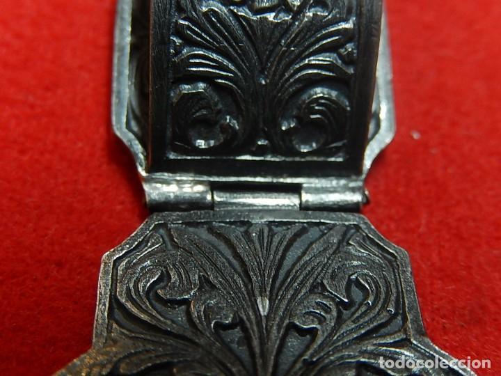 Antigüedades: Cruz de plata antigua, con esmeraldas y brillantes. - Foto 14 - 126578215